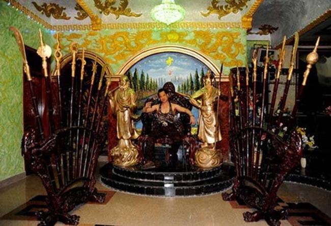 Một số không gian như phòng khách, phòng ngủ được trang trí đặc biệt. Bên phải, anh đặt tượng Quan Công, bên trái lại có tượng Đạt ma Sư tổ giống như trong đền, chùa.