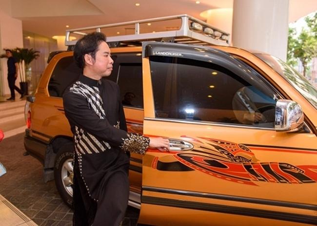 Ngoài ra, danh ca Ngọc Sơn còn có nhiều mẫu xe hơi khác phục vụ nhu cầu đi lại và biểu diễn.