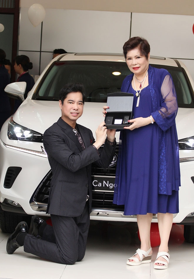 """Nam danh ca quỳ gối nhận quà khi được mẹ tặng xe hơi 3 tỷ thuộc thương hiệu Lexus vào năm 2018. """"Vua nhạc sến"""" nổi tiếng là người con hiếu thảo, hết mực thương yêu cha mẹ."""