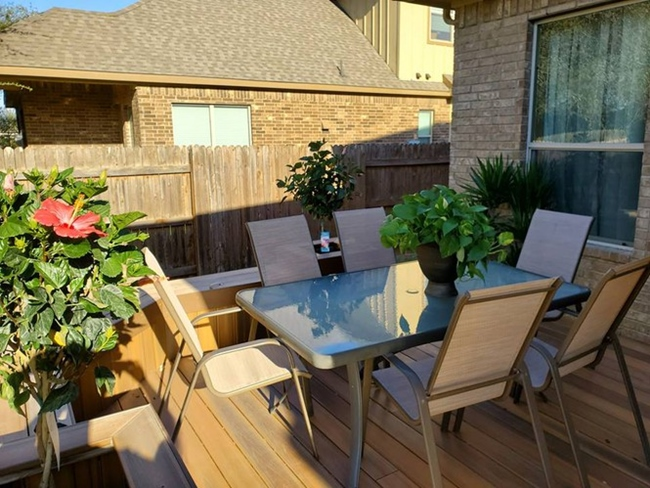 Căn nhà mới của anh có 4 phòng ngủ, 1 phòng khách, có phòng làm việc riêng, 2 phòng ăn, 1 phòng bếp và 1 phòng giải trí.