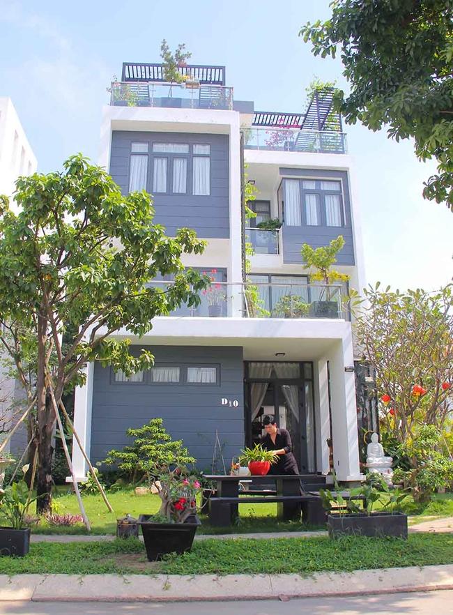 """Ngoài căn biệt thự ở Mỹ, trước đó, giọng ca """"Tôi là tôi"""" còn khiến khán giả bất ngờ với căn biệt thự màu trắng có giá hơn 20 tỷ ở Việt Nam, rộng 550m2."""