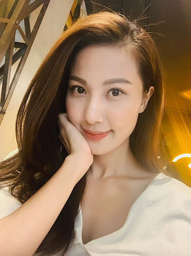 """Quỳnh Hoa sở hữu nhan sắc xinh xắn tự nhiên. Hiện tại, nữ BTV vẫn theo """"chủ nghĩa độc thân"""" và dành phần lớn thời gian tập trung phát triển công việc."""