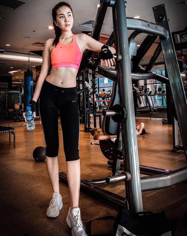 Khi có thời gian rảnh rỗi, cô còn tới phòng tập gym để rèn luyện hình thể.