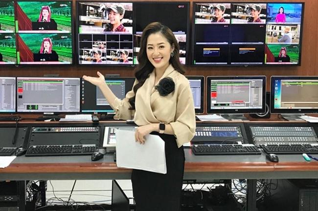 """Phạm Thanh Tâm (27 tuổi) hiện là BTV, MC tại Trung tâm Truyền thông tỉnh Quảng Ninh. Cô từng làm người mẫu ảnh, đóng MV và sở hữu cửa hàng thời trang riêng. Từ khi dẫn chương trình dự báo thời tiết, cô gái sinh năm 1992 được nhiều người gọi là """"hot girl thời tiết""""."""
