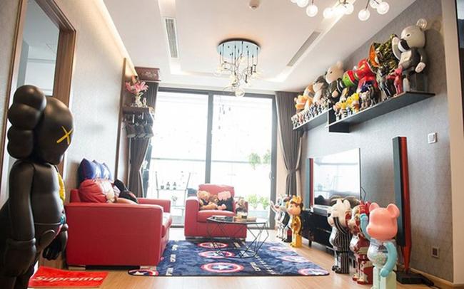 Cô sống một mình trong căn hộ rộng 85 m2, thiết kế hiện đại và có một bộ sưu tập đặc biệt.