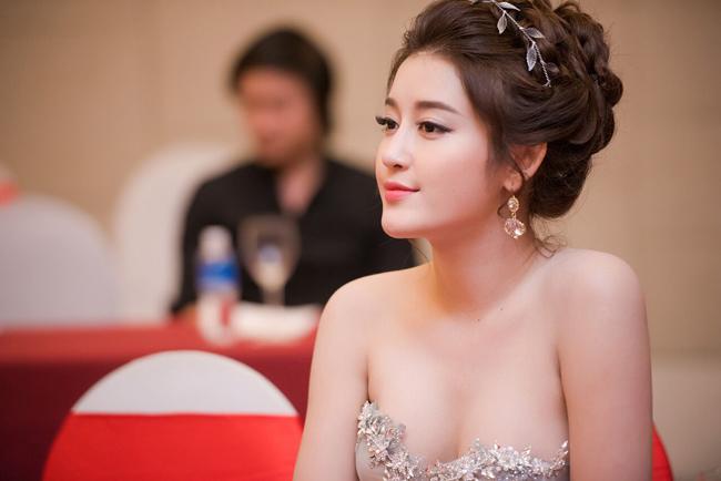Những phụ kiện trang sức như hoa tai cũng phải ăn nhập với váy áo.
