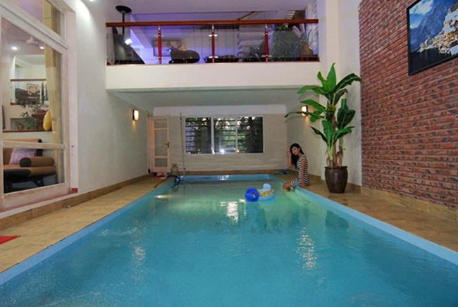 Trong nhà còn có bể bơi riêng như trong resort. Đây là địa điểm nghỉ lý tưởng cho gia đình Huyền My dịp cuối tuần.