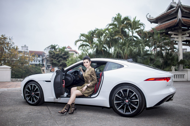 Mỗi lần dự sự kiện, Huyền My đều gây chú ý từ trang phục tới xe sang.