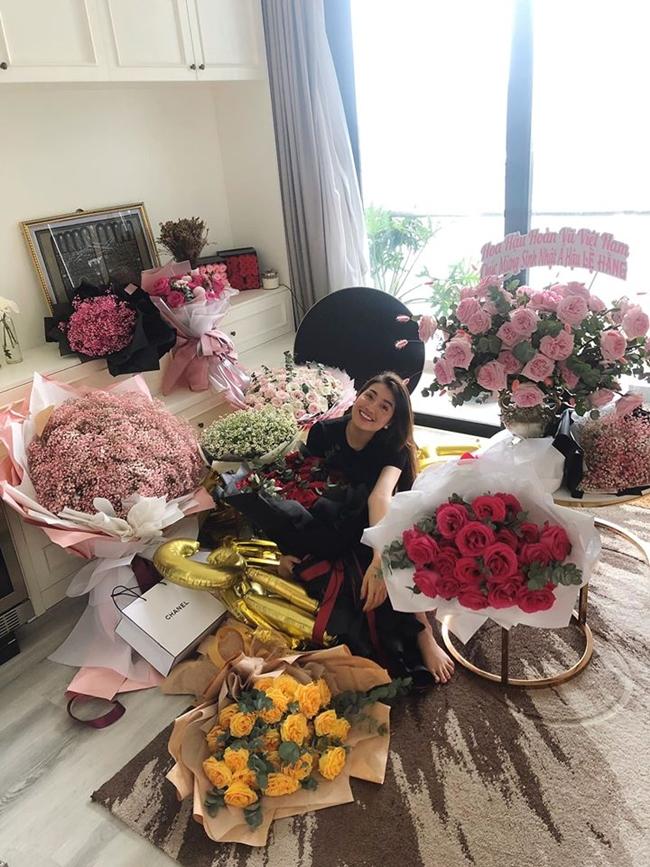 Một góc nhà của Á hậu Lệ Hằng ngập tràn trong hoa tươi, quà tặng của người thân, bạn bè và fan.