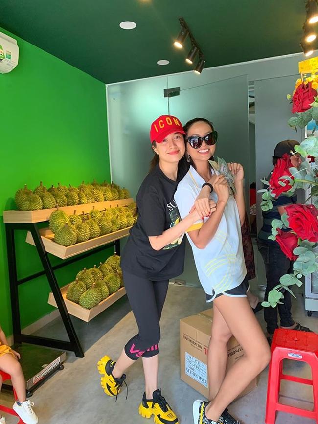Phần lớn thời gian, Lệ Hằng tập trung kinh doanh. Trong ảnh, Á hậu và Hoa hậu H'Hen Niê tại cửa hàng hoa quả sạch của người đẹp.