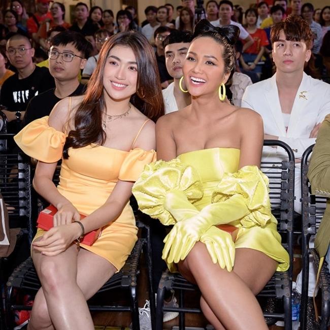 Giống với Lệ Hằng, Hoa hậu H'Hen Niê cũng xuất thân từ gia đình nhà nông. Cả hai nhanh chóng thân thiết và thường xuyên chia sẻ buồn vui trong cuộc sống.