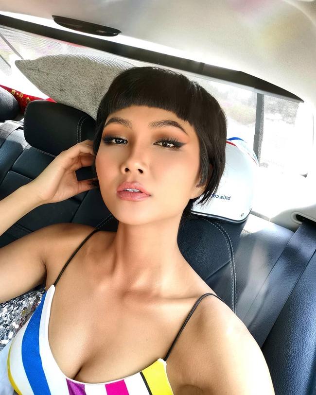 Khi lên Tp.HCM tham gia các sự kiện, H'Hen Niê nhanh chóng thay đổi hình ảnh, tác phong của một Hoa hậu. Phong cách làm việc chuyên nghiệp của cô nhận được nhiều lời khen ngợi của người hâm mộ.