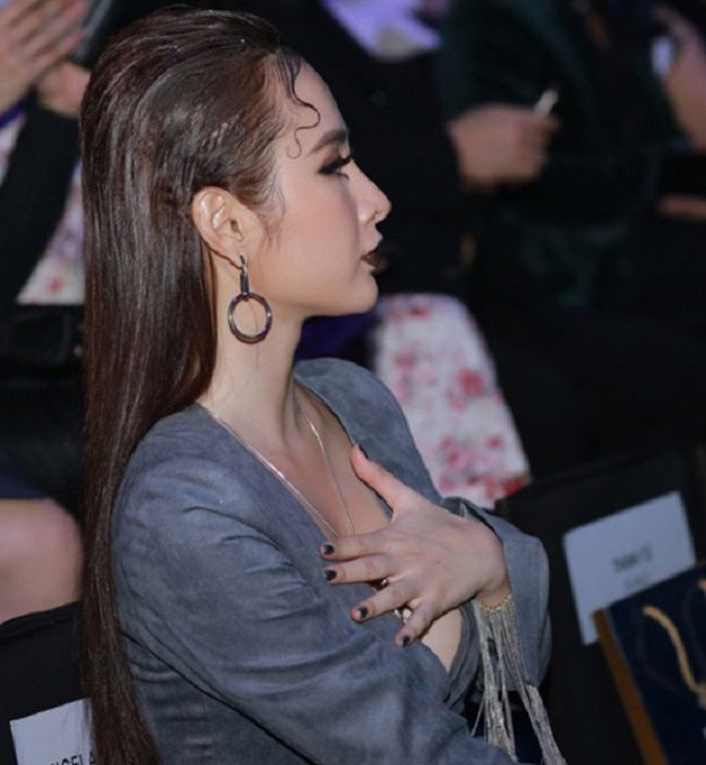 Trong một tình huống khác, Angela Phương Trinh khép nép lấy tay che ngực vì sợ hớ hênh.
