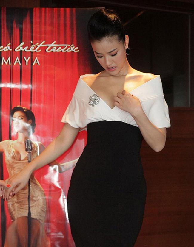 Nữ ca sĩ, diễn viên Maya khó xử vì chiếc váy khoét cổ quá sâu.