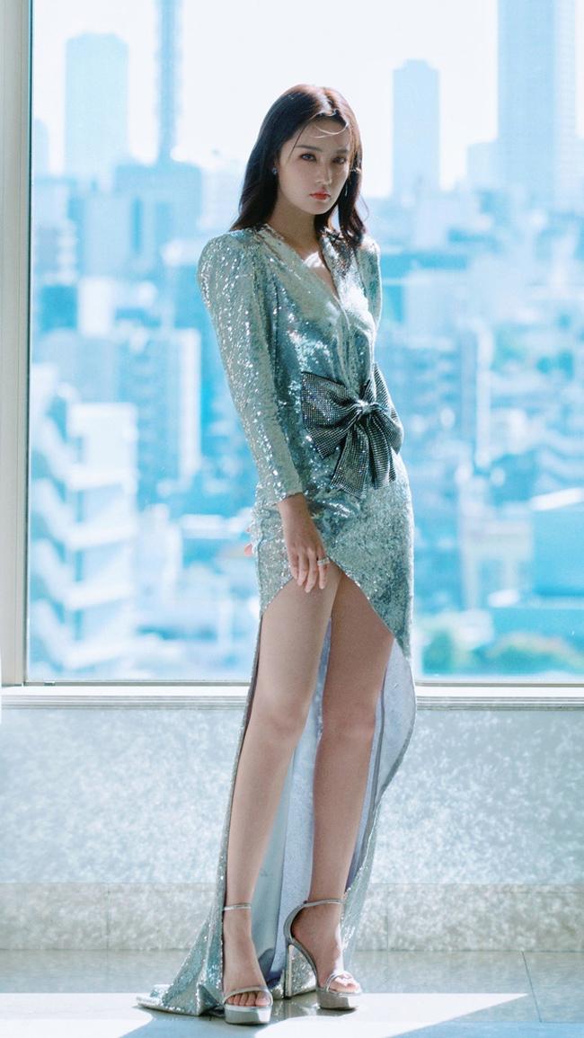LHP Quốc tế Tokyo tháng 10 vừa qua, Lý Thấm gây sốtkhi diện váy xẻ cao.