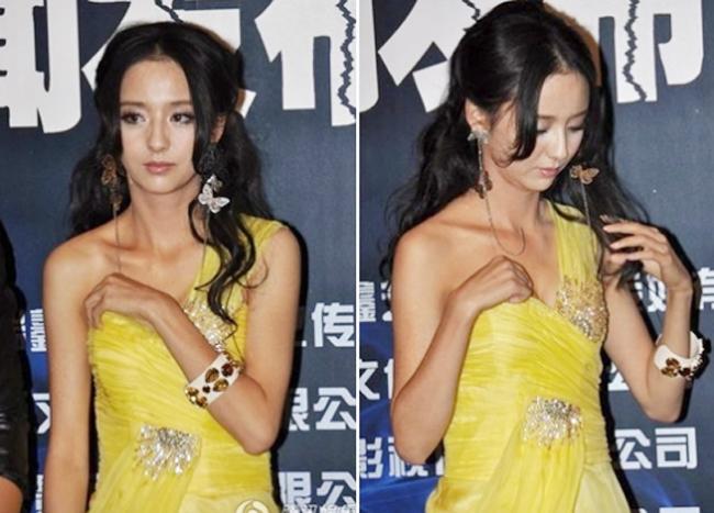 Giữa buổi giao lưu, chiếc váy của Lệ Á tụt xuống, khiến nữ diễn viên này rất lúng túng.