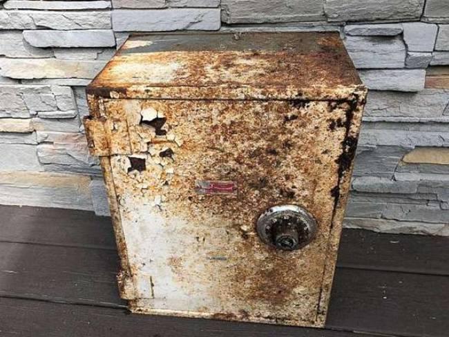 Khi đưa két sắt về, 2 cha con ngạc nhiên bên trongcó một con dao, chìa khóa, đồng hồ, dây chuyền vàng và một phong bì. Trong phong bì có2.200 USD (~60 triệu đồng)