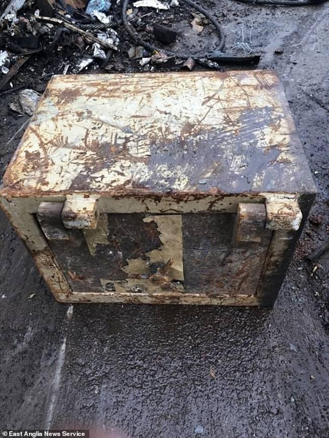 Họ đãtìm thấy số tiền trên bọc cẩn thận trong một chiếc két sắt khi lấy nó mang đi tái chế.