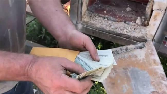 Cuối tháng 11 vừa qua, hai cha con Rick Langos (50 tuổi) và Darick (20 tuổi) ở Mỹđã nhận hợp đồng phá dỡ căn nhà bỏ hoang ở Mỹ. Trong khi đang phá dỡ thì tìm thấy một két sắt tại nhà bỏ hoang.