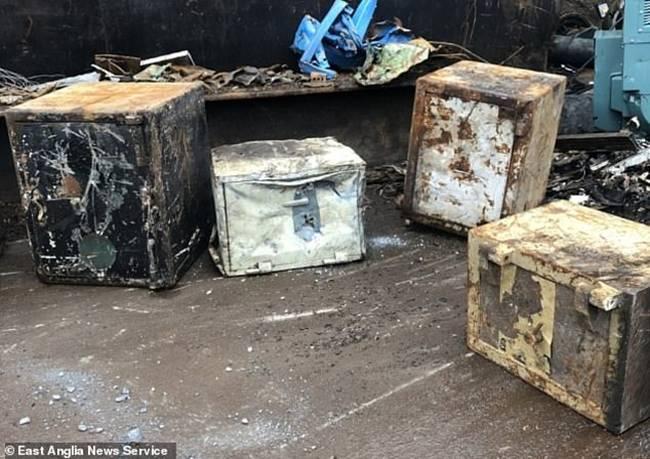 Nhân viên của một bãi phế liệu ở Anh đãtìm thấy 20.000 bảng Anh (~620 triệu đồng) trong một két sắt cũ.