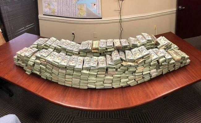 Trước đó, cảnh sáttìm thấy số tiền này khi dừng chiếc xe container dokhông đi đúng làn đường. Trong khi kiểm tra hàng hóa trên xe,cảnh sát phát hiện số tiền trên. Đây có thể là tiền có liên quan đến buôn bán ma túy được cất giấu.