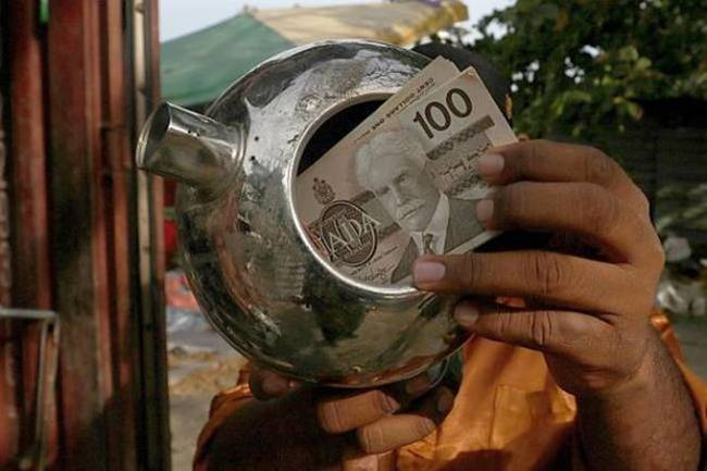 Anh bất ngờ khi phát hiệntrong ấm có rất nhiều tờ tiền đô la Canada. Thay vì giữ lại, anh Aziz muốn trả lại cho chủ nhân. Cơ quan chức năng của Canada tại Malaysia xác nhận đây là các tờ tiền thật.