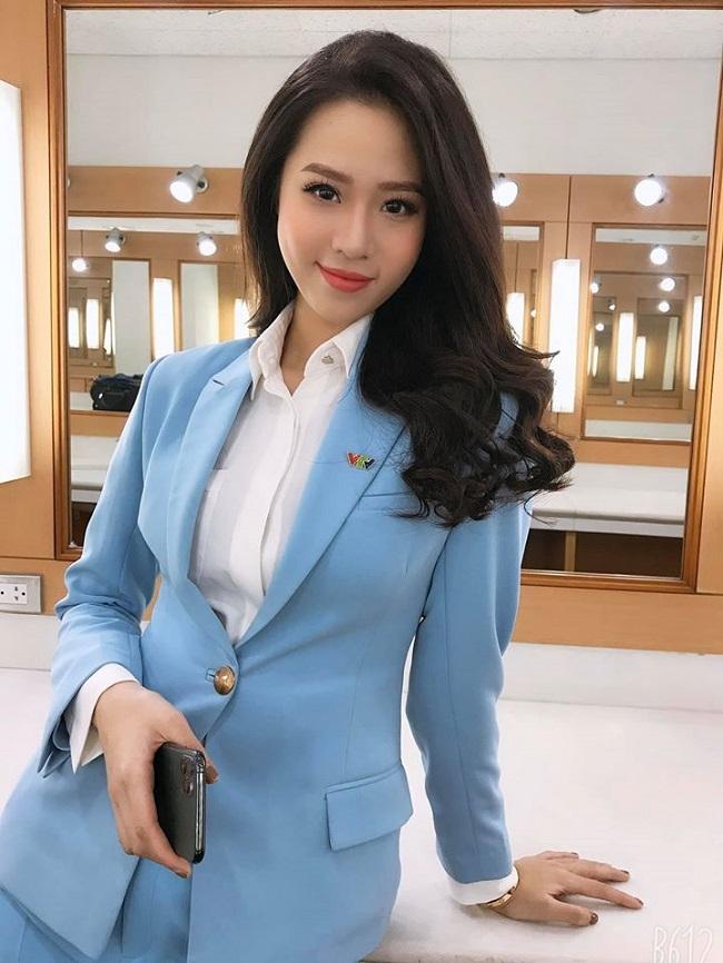 Mới 19 tuổi, Người đẹp biển Hoa hậu VN 2018 - Nguyễn Hoàng Bảo Châu đã về VTV dẫn tin thể thao. Hiện cô duy trì công việc ở đài song song việc học ở Học viện Ngân hàng.