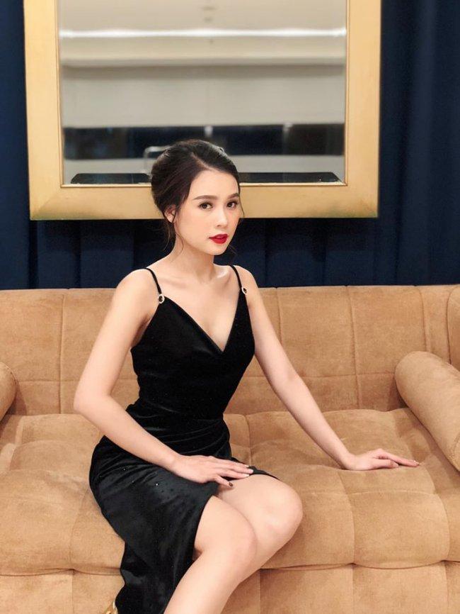 Ngoài ra, nữ diễn viên còn được yêu mến với lối dẫn dắt duyên dáng trong nhiều chương trình truyền hình.