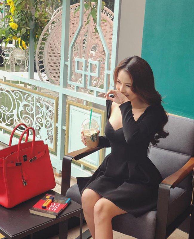 Hoạt động nghệ thuật chăm chỉ, ngoài những thành công trong sự nghiệp, Sam còn được biết đến là một đại gia thực thụ trong showbiz Việt. Cô là một mỹ nhân hàng hiệu thứ thiệt của Vbiz khi sở hữu hầu hết các mẫu túi đắt đỏ và mốt nhất, trong đó nhiều chiếc là hàng limited không phải ai cũng sắm được.Sam từng chi vài trăm triệu để mua những túi hermes, cùng rất nhiều những mẫu túi đến từ các thương hiệu đình đám như Gucci, Chanel…