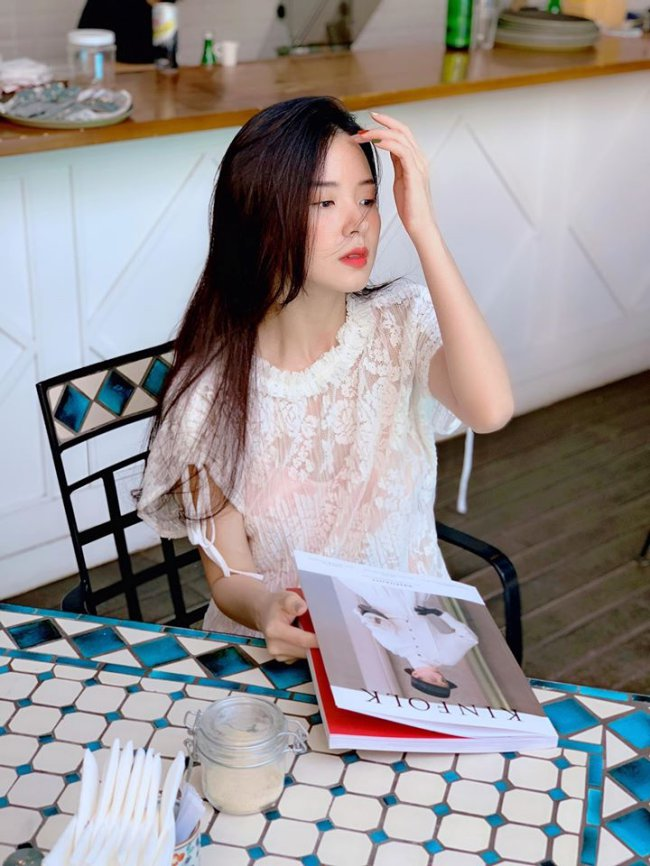 """Gây ấn tượng với vẻ đẹp ngây thơ, thanh thoát, Midu được mệnh danh là hot girl không tuổi và ưu ái với danh xưng """"thần tiên tỷ tỷ"""" trong showbiz Việt."""