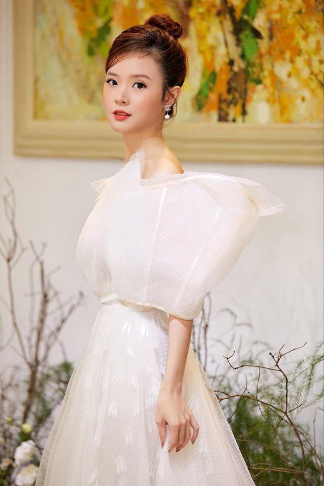 Midu (tên thật Đặng Thị Mỹ Dung) là một trong những hot girl đình đám trong giới trẻ Việt. Bước sang tuổi 31, Midu vẫn sở hữu vóc dáng gợi cảm, gương mặt trong sáng, trẻ trung như thiếu nữ đôi mươi.
