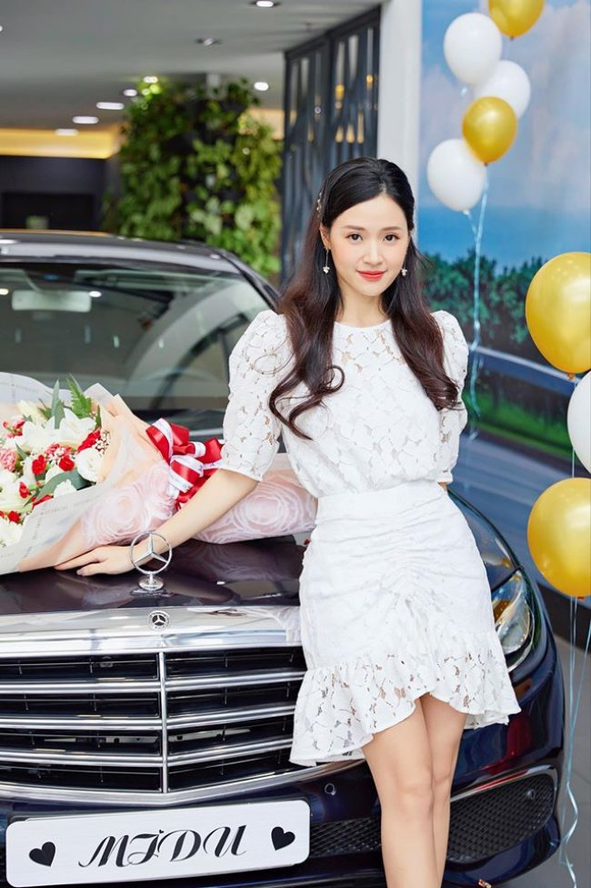 Ngoài cửa hàng thời trang và khu phức hợp ăn chơi nổi tiếng Sài thành, là một doanh nhân thành đạt trong nhiều năm qua, Midu sở hữu khối tài sản khổng lồ với 3 căn hộ, xe hơi tiền tỷ.