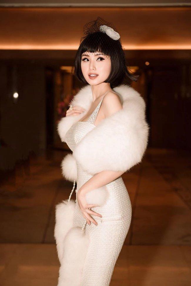 Tâm Tít luôn xuất hiện với hình ảnh sang chảnh, có phần sung túc, xa hoa. Cô thường xuyên được chồng tặng những món đồ đắt đỏ và sở hữu loạt đồ hiệu đến từ các thương hiệu đình đám.
