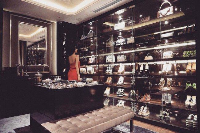 Trong cơ ngơi sang trọng, Huyền Baby có riêng một căn phòng rộng lớn chứa quần áo, phụ kiện là những thương hiệu quốc tế đình đám, đắt đỏ.