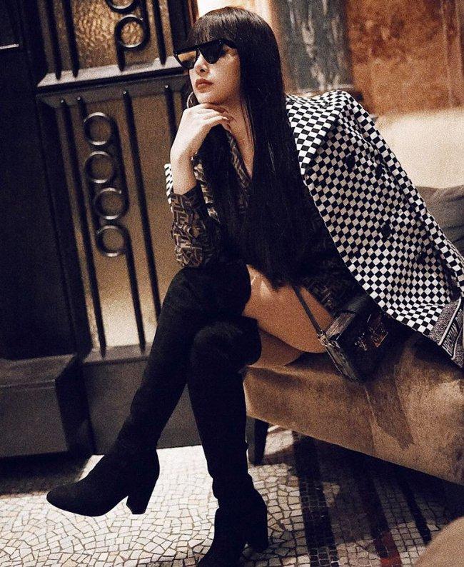 Hình ảnh hot girl năm xưa đã được thay thế bằng hình ảnh nữ đại gia giàu có, sở hữu biệt thự trị giá khoảng 5 triệu đô (tương đương 100 tỷ đồng) ở trung tâm quận 1 (TP.HCM).
