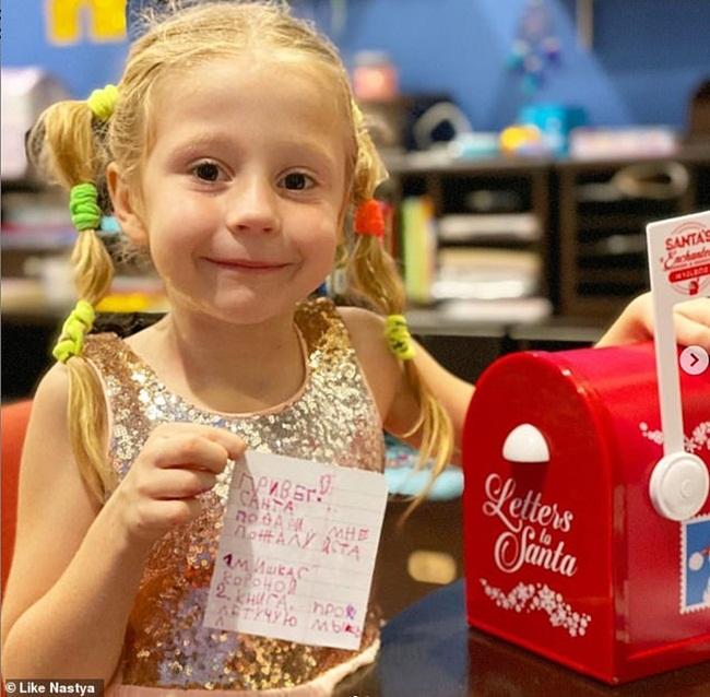 """Anastasia Radzinskaya, sinh ra ở Nga, chỉ mới 5 tuổi, nhưng cô bé đã có một kênh Youtube có thể mang về số tiền """"khủng"""" mỗi năm."""