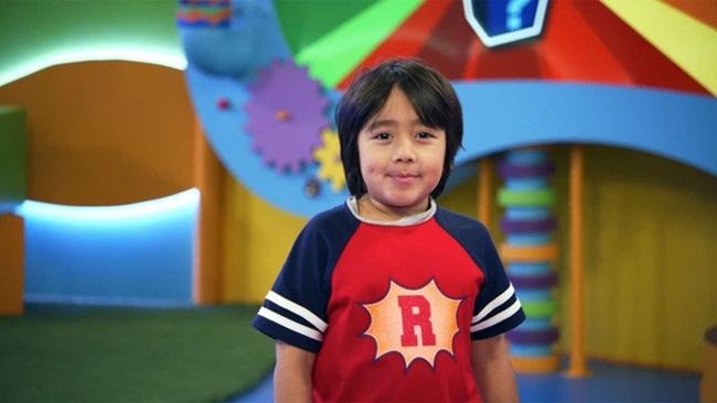 """Số tiền này đến từ kênh """"Ryan's World"""" của cậu bé. Kênh chuyên review các đồ chơi và rất thu hút người xem."""