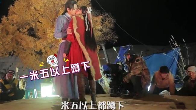 Ở hậu trường, để thực hiện được cảnh hôn lãng mạn này, hai nhân vật chính phải đứng trên một chiếc bục gỗ hình tròn lớn. Các nhân viên trong đoàn phim vừa xoay bục gỗ, vừa tạo ánh sáng để lên phim cảnh quay được đẹp nhất.