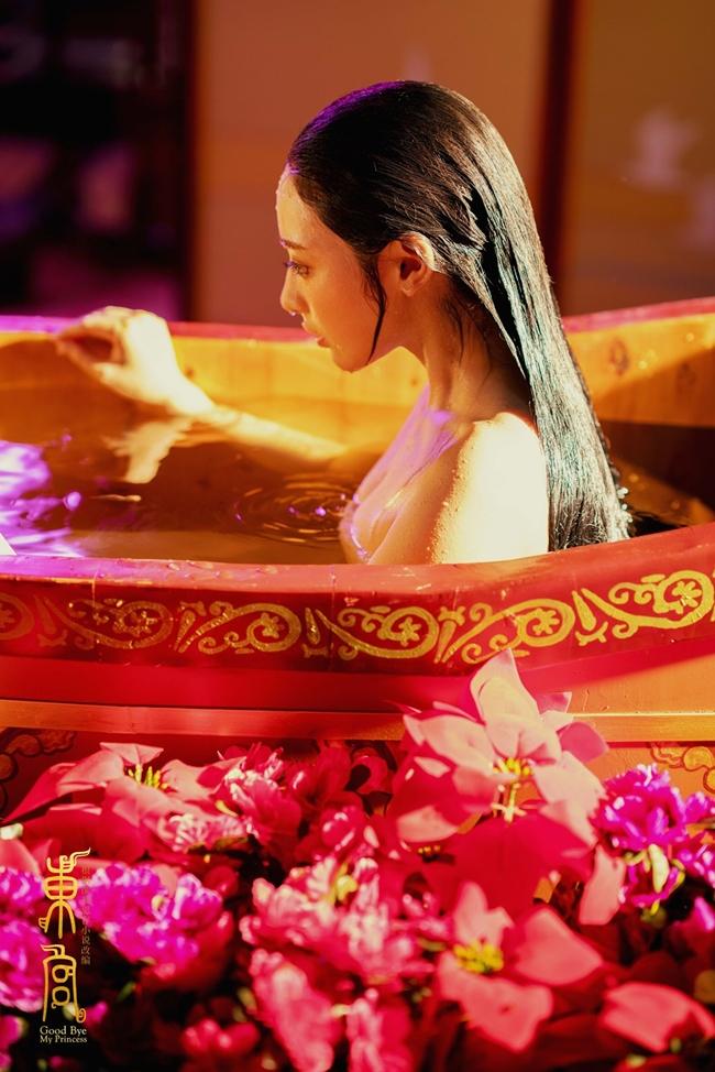 """Ngoài cảnh hôn với nam thần họ Trần, """"gà cưng"""" của Phạm Băng Băng còn có cảnh tắm vô cùng nóng bỏng. Thành công của """"Đông Cung"""" giúp tên tuổi Bành Tiểu Nhiễm được nhiều khán giả biết tới hơn."""