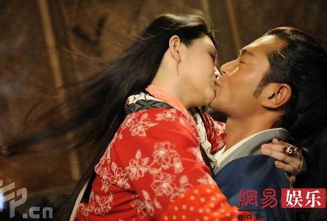 """Nói về cảnh hôn với Từ Hy Viên trong """"Forbidden City Cop: Smart Dog"""" Cổ Thiên Lạc cho biết anh không thể tập trung khi đóng cảnh khóa môi Đại S. Thậm chí, các cảnh hôn của cặp đôi phải quay suốt từ sáng đến đêm. """"Dương Quá"""" đẹp trai nhất màn ảnh chia sẻ, anh và Từ Hy Viên hôn nhiều đến nỗi tóc mình dựng đứng lên, không có cảm giác thoải mái."""