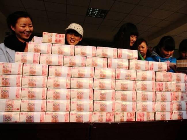 Vào dịp Tết những năm trước, người ta vẫn tròn mắt trước những cọc tiền giấy mà không ít ngôi làng ở Trung Quốc chia cho người dân. Ví dụ như năm 2014, người dân ở làng Jianshe, Tứ Xuyên, Trung Quốc được thưởng tiền từ hợp tác xã của làng.