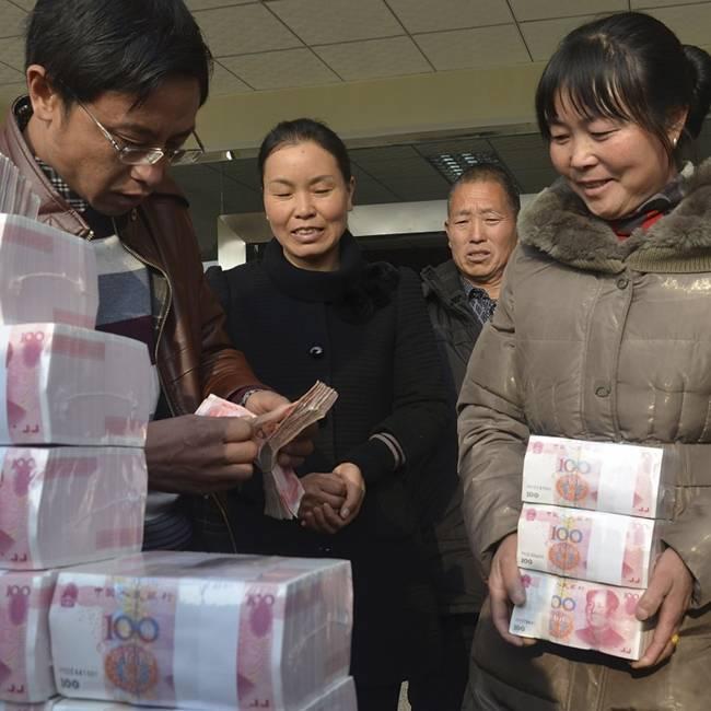 Thậm chí để giữ tiền an toàn, có những người dân trong làng được phân công trông giữ. Năm 2010, người dân cùng góp vốn vào hợp tác xã.