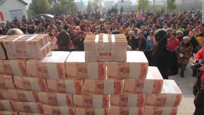 Các cọc tiền nặng tới 156kg và được xếp như bức tường cao 2m.