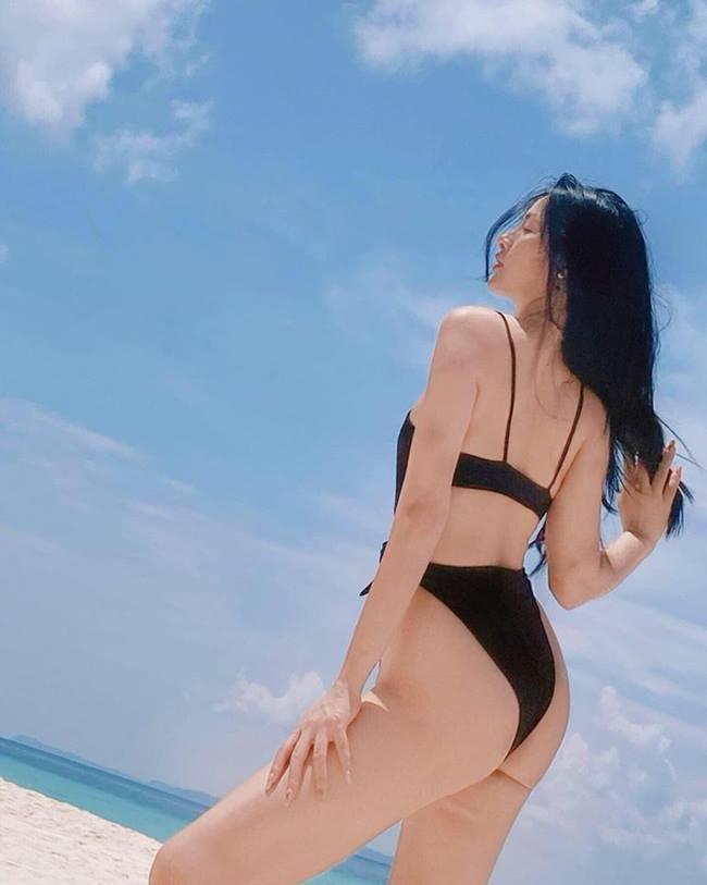 Để chinh phục những mẫu đồ bơi kén người mặc này, Yaya Trương Nhi phải đổ mồ hôi ở phòng tập rất nhiều để có body chuẩn từng centimet.