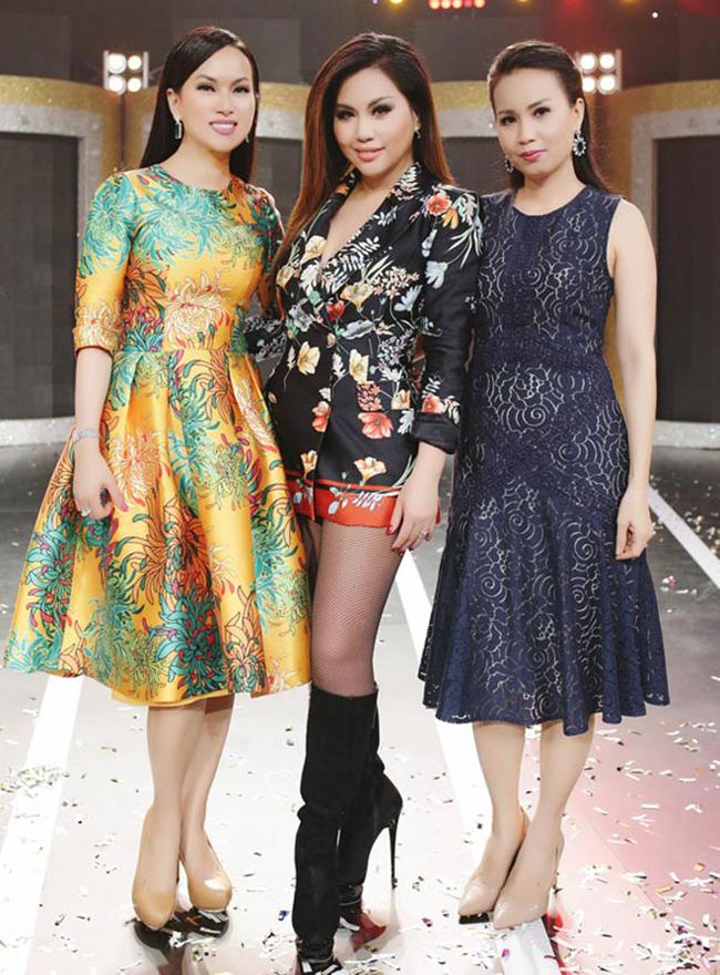 Ba chị em Cẩm Ly, Minh Tuyết và Nhã Phương đều là những ca sĩ nổi tiếng nhưng hiếm khiđứng cùng sân khấu. Cẩm Ly và Minh Tuyết từng là cặp song ca đình đám những năm 1990. Sau đó, Minh Tuyết đi du học và trở thành ngôi sao ở hải ngoại. Trong khi đó, chị gái cô lại nổi tiếng trong nước. Thỉnh thoảng khi cả hai có show diễn vẫn hỗ trợ nhau trong công việc.