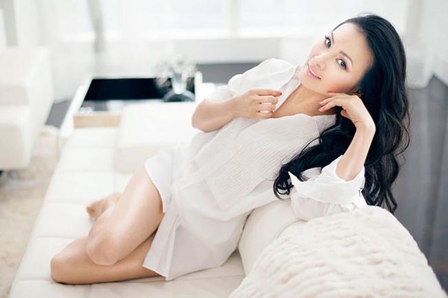 """Hà Phươngsinh năm 1972 và là em gái ruột của ca sĩCẩm Ly, chị của Minh Tuyết. Với khán giả trong nước, cô từng được biết đến là một giọng ca nổi tiếng của dòng nhạc dân ca trữ tình cùng ca khúc gắn liền tên tuổi """"Hoa cau vườn trầu"""". So với cô em gái Minh Tuyết - sexy, nổi loạn, Hà Phương lại là người phụ nữ truyền thống, sống khép kín hơn."""