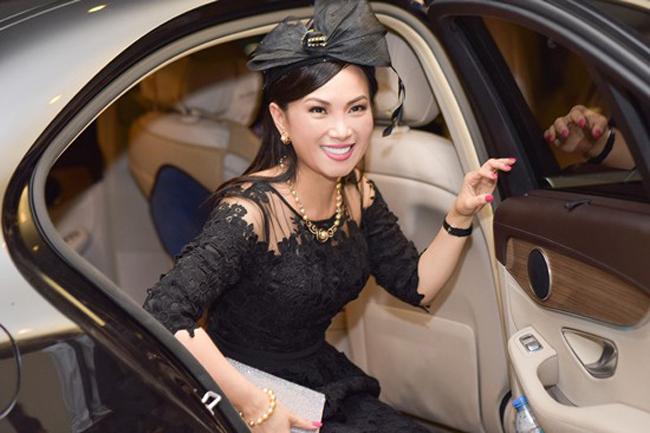 Là vợ tỷ phú sở hữu gia tài 1,1 tỷ USD nên Hà Phương đi lại bằng siêu xe.