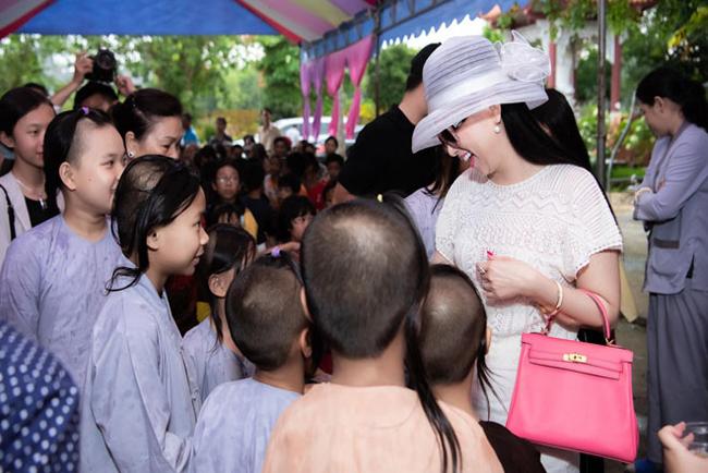 Nữ ca sĩ tâm sự, nổi tiếng và làm ra tiền từ nghệ thuật là điều khiến cô cảm thấy rất vui nhưng Hà Phương chỉ muốn giữ lại sự nổi tiếng, còn lại lợi nhuận cô dành hết cho quỹ từ thiện mang tên mình.