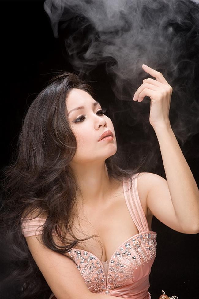 Cẩm Ly là chị cả trong 3 chị em Hà Phương, Minh Tuyết. Cô đi hát hơn 20 năm và rất được khán giả yêu mến ở nhiều dòng nhạc. Cô hiện cũng là nữ ca sĩ đắt show truyền hình.
