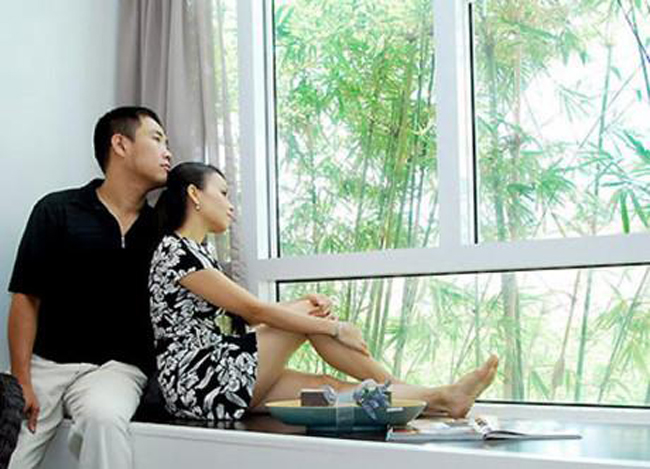 Chồng Cẩm Ly là nhạc sĩ Minh Vy - chủ hãng đĩa Kim Lợi luôn được coi là đại gia, đứng đằng sau hỗ trợ cho sự nghiệp của vợ là ca sĩ Cẩm Ly.